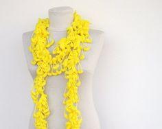 sjaal in fleurig geel pompongaren