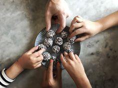 """Chokladbollar gjorda på dadlar, havregryn och kokosolja. Smakar precis som """"vanliga"""" chokladbollar. Eller förresten, smakar bättre!"""