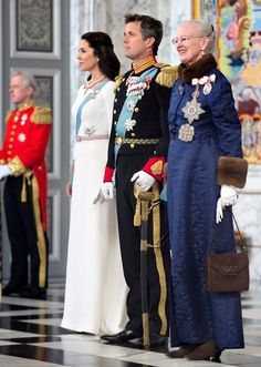 Denemarken is een monarchie, dat betekent dat Denemarken een koning of een koningin heeft. Op de foto zie je Koningin Margrethe II van Denemarken (sinds 1972), kroonprinses Mary, Kroonprins  Frederik van Denemarken.