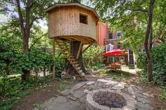 Lofty treehouse provides a perfect perch for this Brooklyn townhouse's backyard oasis