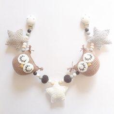 Barnevognskæde i naturfarver #hækletbarnevognskæde #barnevognskæde #crochet #crocheting #hækling #hæklet #hækle #handmade #diy #crochetowls #crochetstars #star #stars #owl #owls #hækletstjerner #stjerner #hækletugler #ugle #nårtoblivertiltre #hæklingtilbaby