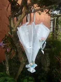 sombrinha em renda enfeitada com flores e fitas