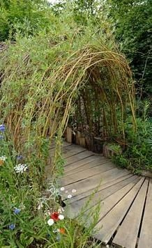 """Living willow tunnel with wooden pathway. We have a living Willow """"house"""" at our Library in the Children's Garden.this one is lovely too. Unique Garden, Diy Garden, Dream Garden, Garden Projects, Living Willow, Willow House, Willow Fence, Willow Garden, Wooden Pathway"""