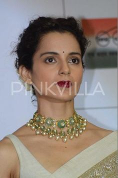 Check it Out: Kangana totally nails the traditional look in this lovely beige saree Diva Fashion, 90s Fashion, Fashion Trends, Gold Fashion, How To Look Better, That Look, Satin Saree, Necklace Designs, Jewellery Designs