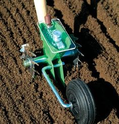 Glaser Seeder Product ID: 9461 Single-row precision seeder for smaller seeded crops. This well-built seeder comes with a clear hopper cove...