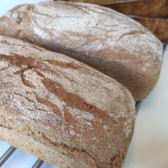 Yoghurtbrød med bygg og spelt - Smedstua Muffins, Food And Drink, Baking, Breads, Nice, Drinks, Bread Rolls, Drinking, Muffin