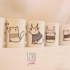 Animaux habillés d'un pull peints sur des tasses en porcelaine par Sobi Graphie