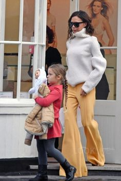 Victoria Beckham Pulls Off This Daring Pant Trend With Ease. - Total Street Style Looks And Fashion Outfit Ideas Victoria Beckham Harper, Harper Beckham, Victoria Beckham Outfits, Victoria Beckham Style, Victoria Beckham Fashion, Looks Street Style, Looks Style, Mode Chic, Mode Style