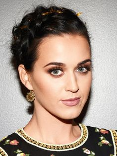 Katy Perry rocked a milkmaid glam braid. // #hair Braided Hairstyles Updo, Braided Updo, Updo Hairstyle, Hairstyle Tutorials, Prom Hairstyles, Jennifer Morrison, Charlize Theron, Images Emma Watson, Halloween Accessoires