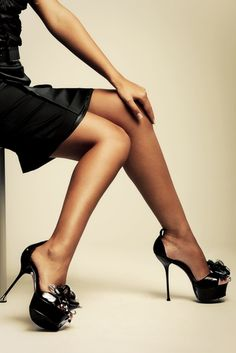 A Look At The Most Outrageous Celebrity Heels, Such As Naomi Campbell's 10 Inch heels. Platform High Heels, Black High Heels, Beautiful Legs, Beautiful Shoes, Simply Beautiful, Beautiful Women, Pernas Sexy, Sexy Feet, Womens High Heels