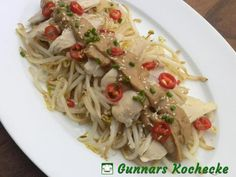 Asiatischer Salat aus Mungobohnensprossen mit Hühnchen und Erdnusssauce - #Rezept