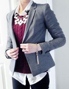Inspirate con este look lleno de capas o layers: Camisa basica blanca + sueter color vino + pantalon negro basico + blazer gris + statement necklace