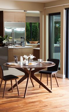 A peaceful space. Made inviting by the CONAN round table and SEDE leather dining chairs.