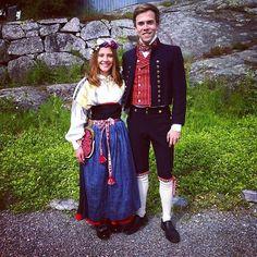 Kvinna i Järvsödräkt och man o Ljusdalsdräkt.
