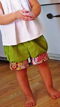 MaryJanes and Galoshes: Making Girls Shorts in No Time! maybe i can make these adult sized? Sewing Kids Clothes, Sewing For Kids, Baby Sewing, Free Sewing, Diy For Kids, Diy Clothes, Sew Baby, Sewing Projects For Beginners, Sewing Tutorials