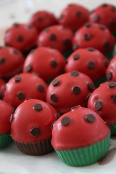 Ladybug cupcake. I'm liking the simplicity here. Easy to do and easy on the eyes. Will look nice in the mix on the cupcake stand Leaning towards this