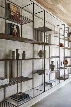 etagere-murale-metal-verre-mur-beton-plafond-bois-maison-design