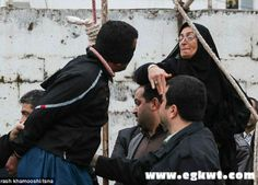 بالصور إيرانية تصفع قاتل ابنها وتعفو عنه قبل تنفيذ الإعدام بلحظات