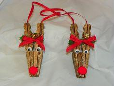 Es Rudolph en un adorable adorno de Navidad como una pinza de ropa bellamente manchada - adornado con una nariz de bola de algodón rojo y todo! Él está listo para colgar y adornado con holly y jingle bells! Perfecto para cualquier árbol de Navidad! Ver todos los artículos de nuestra