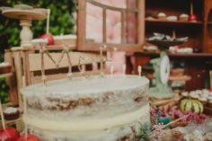 Cake toppers rústicos con las iniciales de los novios. Fotos: Frank Andonaire