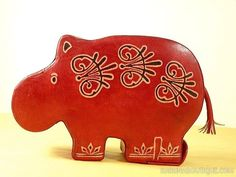 Tirelire en cuir hippopotame rouge décoré - Motifs ethniques - Artisanat équitable.