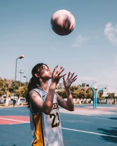 fantasy basketball tips 2019 Basketball Players, Basketball Tips, Fantasy Basketball, Pont Paris, Basketball Photography, Basketball Pictures, Foto Pose, Sport Girl, Pose Reference
