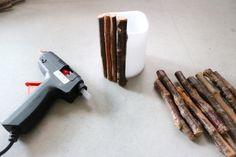 <材料> ・100均のLEDキャンドルライト ・流木 ・麻紐 ・グル―ガン グル―ガンでキャンドルライトに流木をつけていきます。ライトより長めの流木を使うのがポイント!