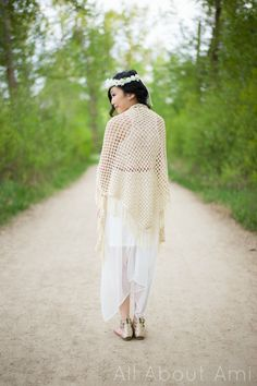 Sweet, lightweight shawl free crochet pattern, also has picture tutorial...nice for Summer evenings!