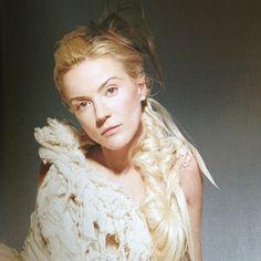 Daphne Guinness con un McQueen fotografiada por Rankin, 2003.
