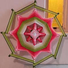 """Mandala de lana """"Fresa"""" . Ojos de Dios que ambientan y transmiten energía positiva."""