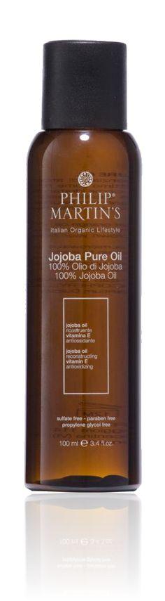 Honderd procent pure Jojoba-olie, vervaardigd met essentiële sinaasappelolie. Bedoeld voor extra droog haar of chemisch behandeld haar. Perfect voor professioneel gebruik voorafgaand aan het kleuren. Dringt diep door tot in het haar en repareert het zonder het te verzwaren. Luxueuze behandeling voor het haar, de hoofdhuid en het lichaam. GEBRUIK: Op haar: verwarm 20/30ml olie in een magnetron of bain marie; masseer de warme olie in vuil haar vanuit de hoofdhuid richting de uiteindes; wikkel…