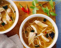 Soupe aux nouilles vietnamiennes mijotée lentement