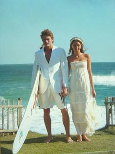 Beach wedding (with surfboard.maybe a surfer wedding! Wedding Pics, Wedding Couples, Wedding Styles, Dream Wedding, Hair Wedding, Wedding Stuff, Wedding Dress, Surfer Wedding, Beach Wedding Centerpieces