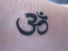 om sign, but on the top of my right foot! Ohm Tattoo, Om Symbol Tattoo, Ohm Symbol, Tattoo Art, Cover Up Tattoos, New Tattoos, Small Tattoos, Tatoos, Henna Tattoos