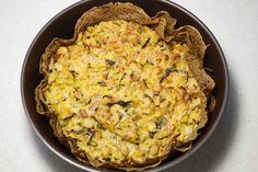 """Pour cette """"tarte"""" un peu spéciale, pas de pâte brisée, mais à la place une double galette de sarrasin légèrement beurrée, et une garniture aux échalotes, champignons sautés et poireaux, crémée. Galette de sarrasin, beurre, échalote, oui, vous l'aurez remarqué : des marqueurs emblématique de la Bretagne culinaire sont bien là."""