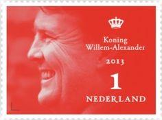 Allereerste postzegel Koning Willem-Alexander. Het Koninklijke tweeluik bevat naast vijf postzegels van de Koningin en vijf postzegels van de Koning ook bijzonder fotomateriaal van moeder en zoon.