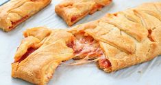 Kid-Favorite Pepperoni Pizza Braid There's no wrong way to eat a pizza, but this crescent version is super fun and guaranteed to please. Crescent Roll Pizza, Crescent Rolls, Crescent Dough, Crescent Ring, Appetizer Recipes, Snack Recipes, Cooking Recipes, Appetizers, Easy Recipes