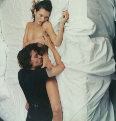 Sexy sensual couple in bed - Kate Moss and johnny Depp - Photographed by Annie Leibovitz - ♥ Rhea Khan Kate Moss, Ali Michael, Johnny Depp, Annie Leibovitz Photography, Viviane Sassen, Linda Evangelista, Christy Turlington, Carla Bruni, Famous Faces
