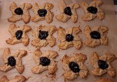 Ensimmäiset gluteenittomat joulutortut. Tosi murenevat. Taikina 250 g voita, n. 4 dl jauhoja ja 1 dl vishyä. Paisto 225 asteessa, n. 10 min.