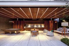 Conceitos de claridade e leveza foram explorados neste projeto, alternando o uso de superfícies transparentes, translúcidas e brancas na fachada.