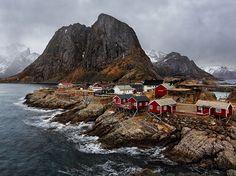 Calde tonalità Fotografia di Luca Venturi, National Geographic Your Shot  Il villaggio di Hamnøy nelle isole Lofoten.