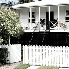 Known for their breezy veranda's and relaxed cottage style, Queenslander's represent a quintessential Australian lifestyle. Here are our favourites! Queenslander House, Weatherboard House, Bedroom Paint Colors, Interior Paint Colors, Interior Painting, Bathroom Colors, Style At Home, Exterior Colors, Exterior Paint