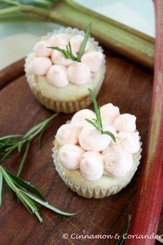 Rhabarber Cupcakes mit weißer Schokolade und Rosmarin Frosting