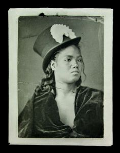 Maori.woman,velvet.dress,top.hat.American.Photographic.Company.jpeg (499×640)