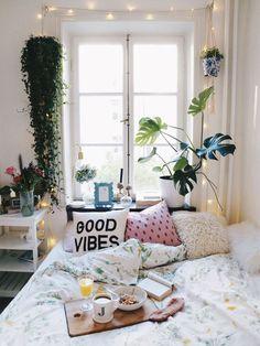Bohemian urban jungle slaapkamer met ontbijt op bed, hangplant en monstera plant