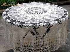 Elegante mantel redondo tejido a mano en crochet. por ruecavellon