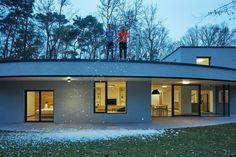 Aj v lese sa dá žiť moderne. Medzi stromami ukryli exkluzívny rodinný dom