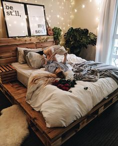 Palettenbett Palettenbett Buying Birkenstock Sandals At A Discount There are many sources of discoun Dream Rooms, Dream Bedroom, Room Ideas Bedroom, Bedroom Inspo, Bedroom Wall, Diy Room Decor For Girls, Master Bedroom, Aesthetic Room Decor, Cozy Room