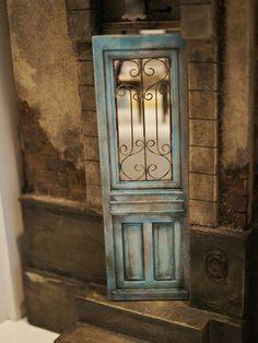 クリックすると元のサイズで表示します Mini vintage door just beacons one to enter.