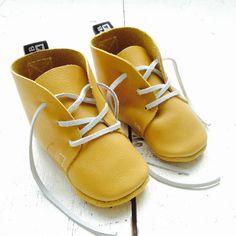 Lederen baby schoentjes | Oker geelDeze handgemaakte, leren schoentjes zitten…